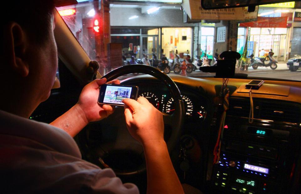 開車玩手機萬萬不可。報系資料照