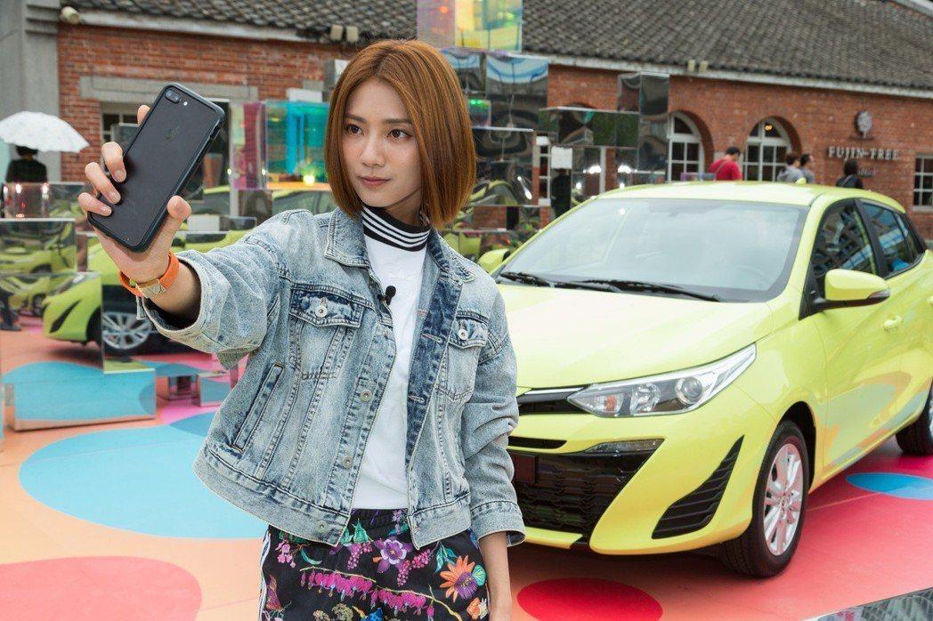 平時就喜歡逛展的「豆花妹」蔡黃汝,這次特別参觀「YARIS x 第一個夢想」華山藝術裝置,並開心與超酷的作品及車款合照。 記者陳立凱/攝影