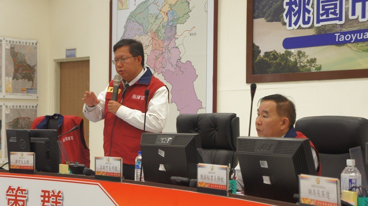 桃園市長鄭文燦(左)今天早上到桃園市消防局主持火災搶救工作會議。記者李京昇/攝影