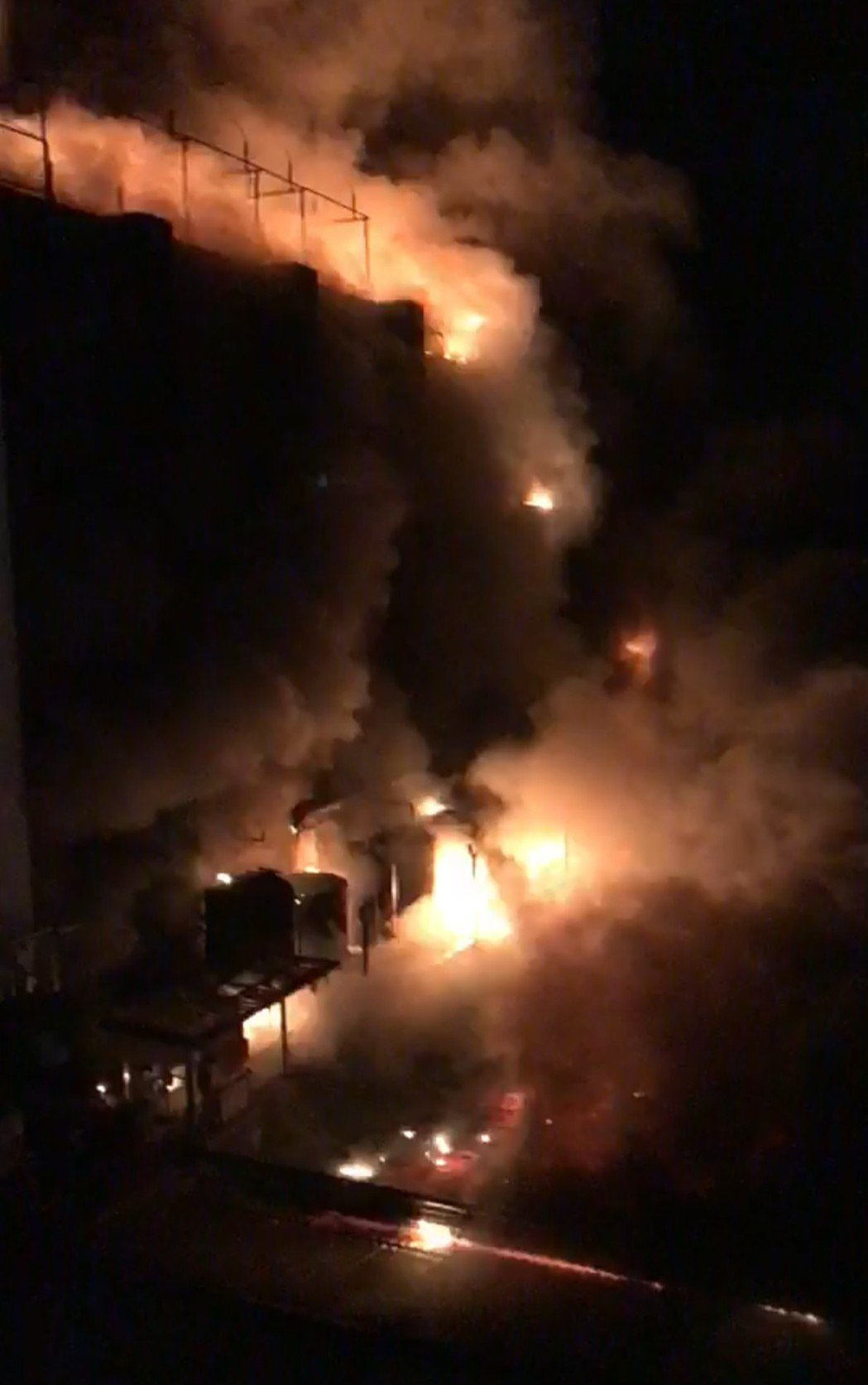 影/敬鵬廠房陷入火海 消防員:被火團團圍住