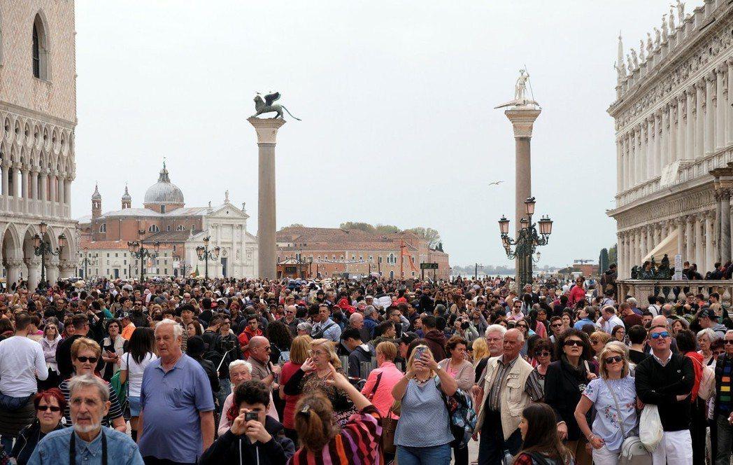 威尼斯的觀光客4月15日擠爆聖馬可廣場。路透