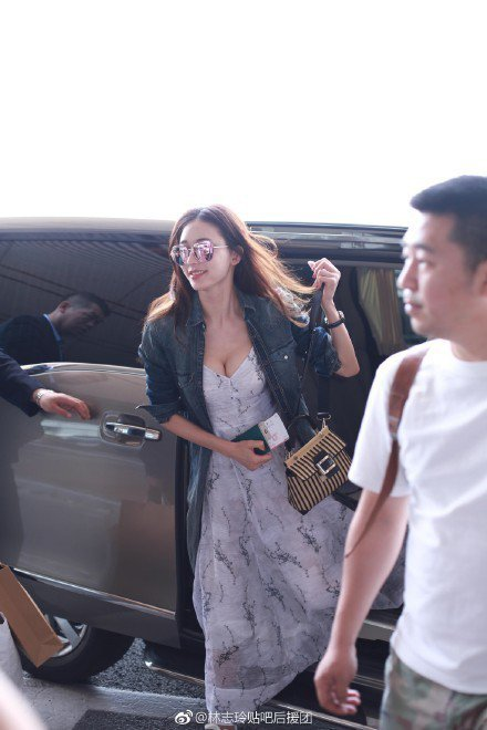 林志玲日前她在北京機場被捕捉到以一身白色印花洋裝配牛仔外套,腳踩復古風球鞋展現混...