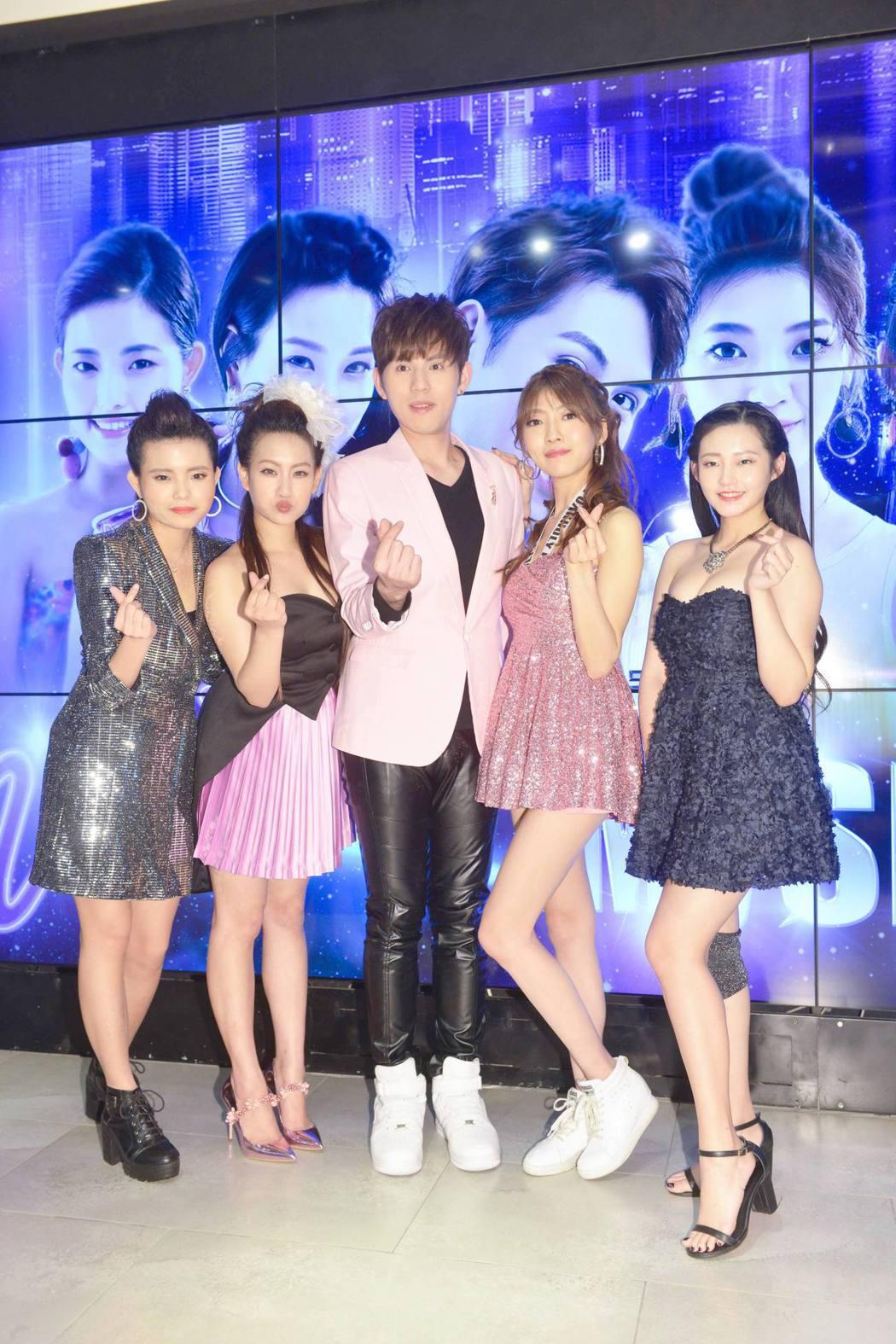 直播組左起琦欣、孝英、大豪、柔柔、欣培一連辦3天演唱會。圖/Live.me提供