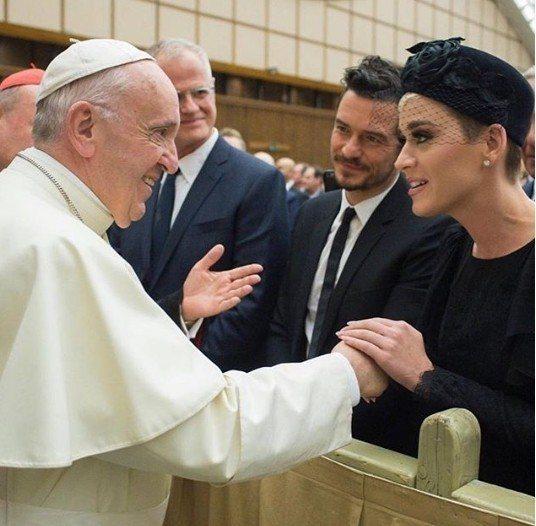 凱蒂佩芮(右)與奧蘭多布魯(右2)共同在羅馬梵蒂岡接受教宗的會見。圖/摘自IG