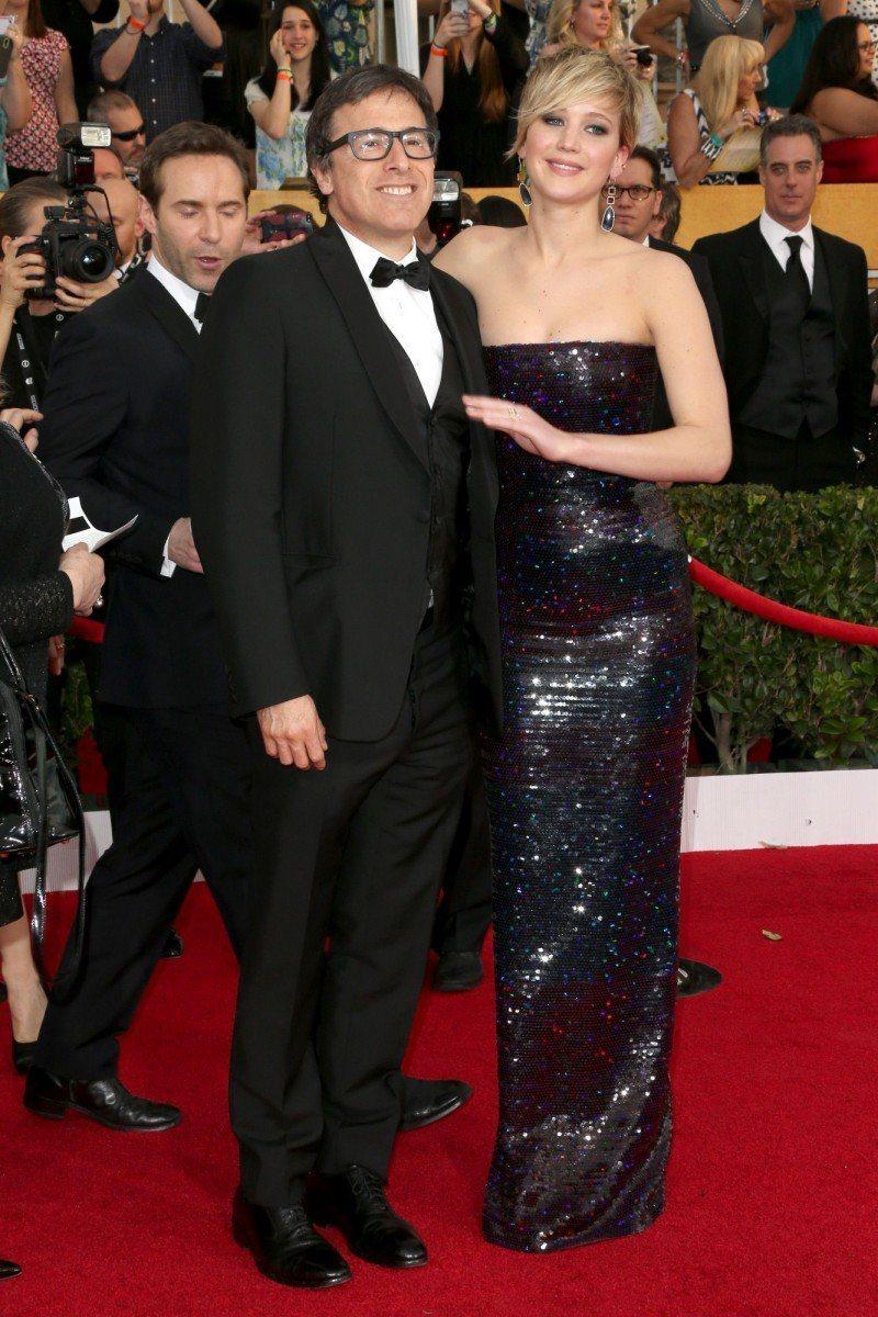 珍妮佛勞倫斯(右)和3度合作的導演大衛歐羅素傳出緋聞。(法新社)