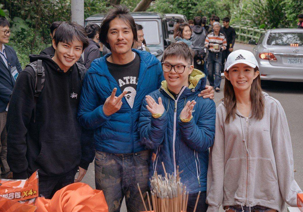 藍正龍(左2)自導自演新片找來張庭瑚(左)、郭書瑤(右)合作。圖/華映提供