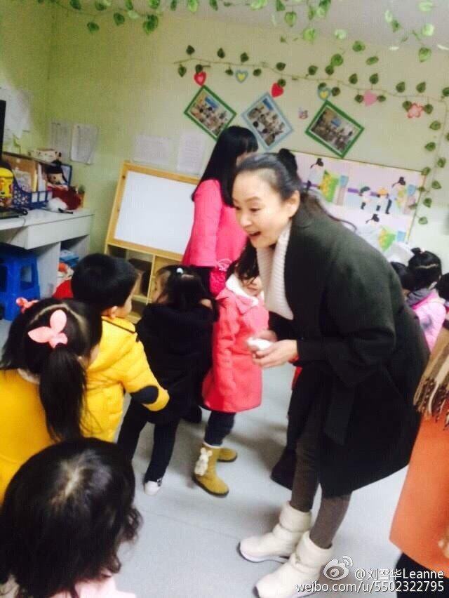 劉雪華參加大陸真人秀當代理老師。圖/摘自微博
