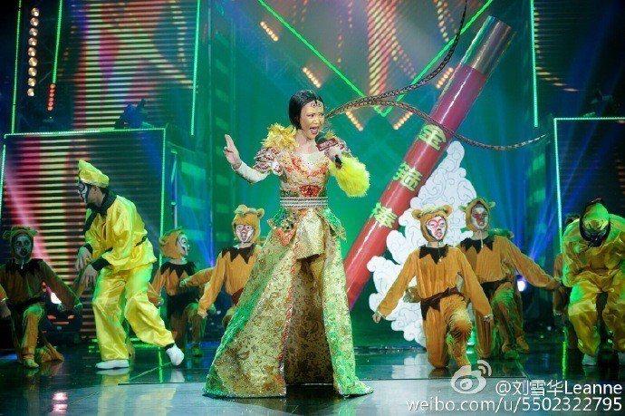 劉雪華扮美猴王大秀舞姿。圖/摘自微博