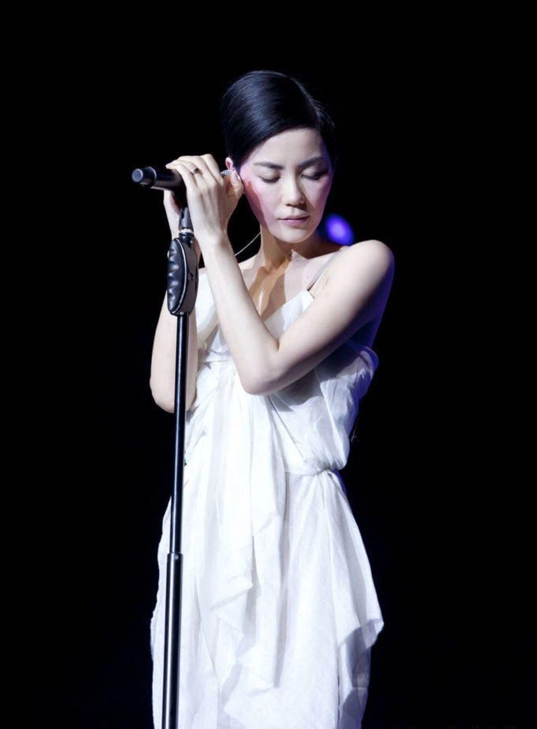 王菲早已是華語歌壇巨星。圖╱摘自豆瓣網