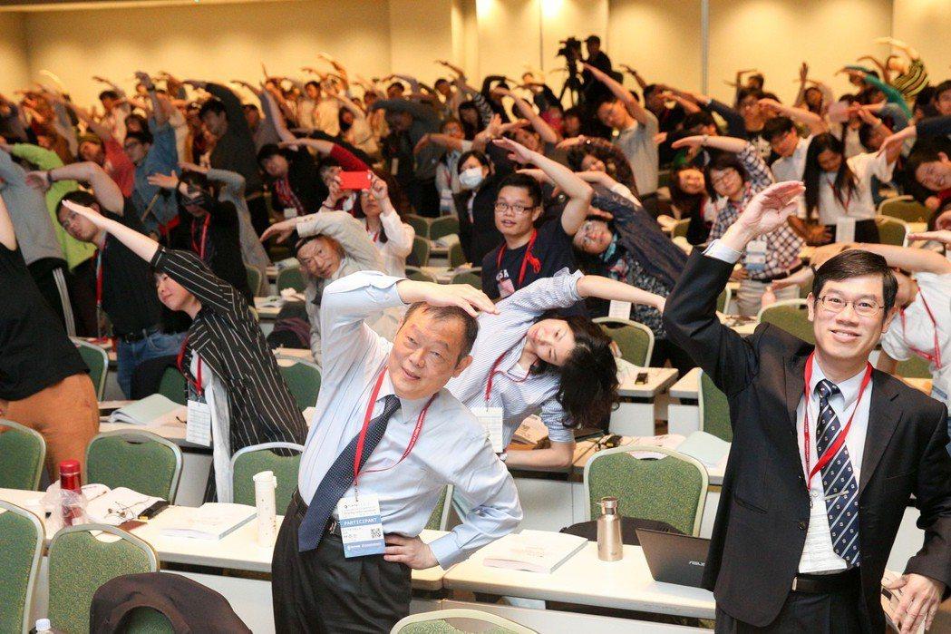 預防衰弱介入國際研討會在台北國際會議中心舉行,現場聽眾跟著大阪產業大學教授一起做...