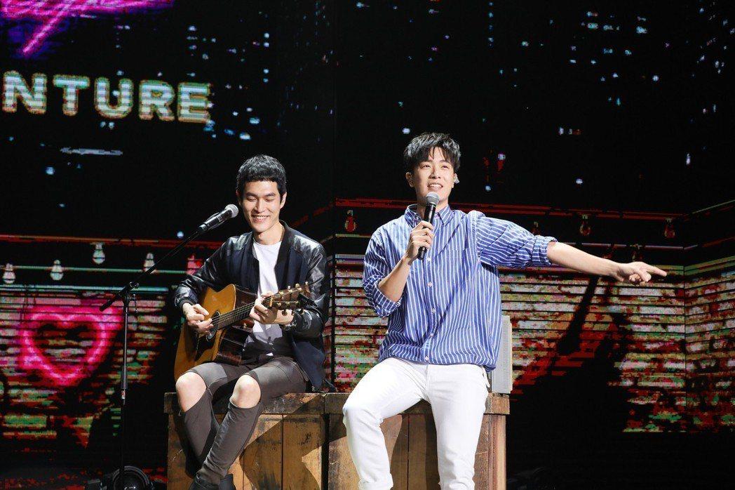 韋禮安(右)坐在阿奎旁邊獻唱「女孩」。圖/相信音樂提供