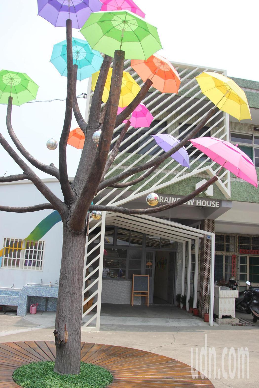 「卡里善」是和美早期的名字,是平埔族語,改造老屋彩虹屋前將原本要被砍掉的苦棟樹改裝成雨傘樹叫「卡里善之樹」成為話題。記者林宛諭/攝影