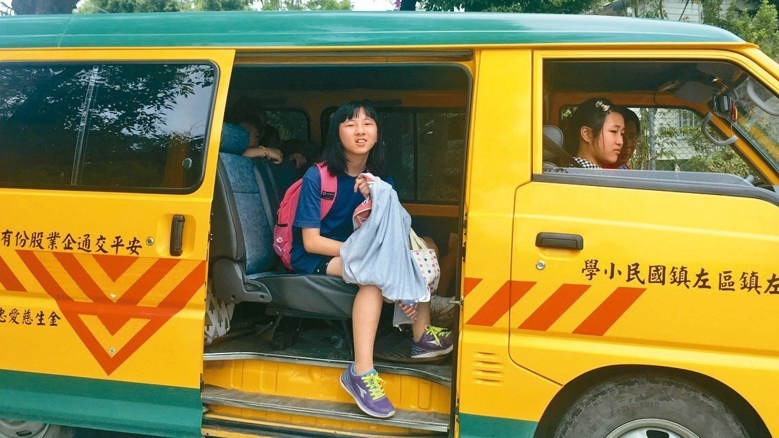 對偏鄉孩童而言,上下學是艱困的迢迢路,國小生李詩婷住在偏遠部落,擔心上國中沒有交...