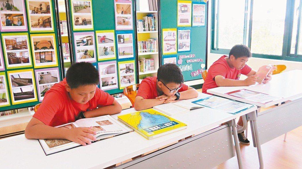 外埔國小趙萬枝紀念圖書館昨天啟用,學童迫不及待閱讀。 記者范榮達/攝影