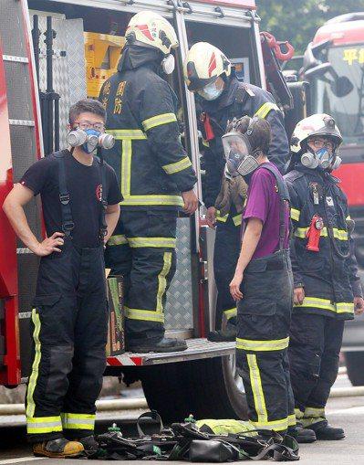 敬鵬印刷電路工廠大火,造成5名消防員殉職,消防員昨天強忍悲痛,整裝進入火災現場。...