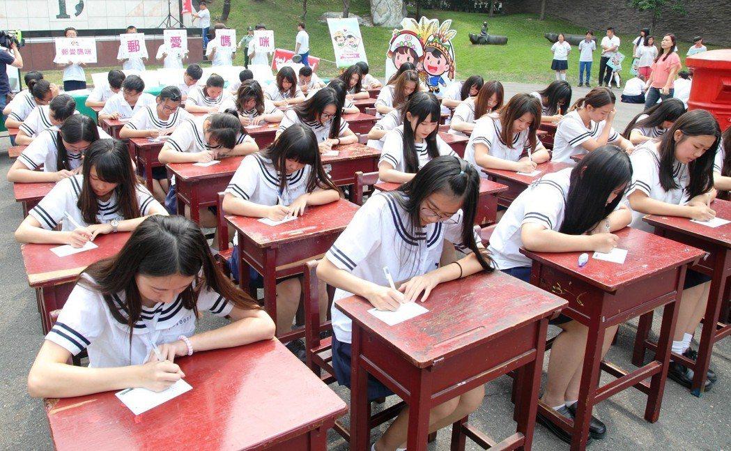 達德商工校和彰化郵局昨天合辦手寫母親節明信片活動,讓學生手寫明信片寄給媽媽表達母...