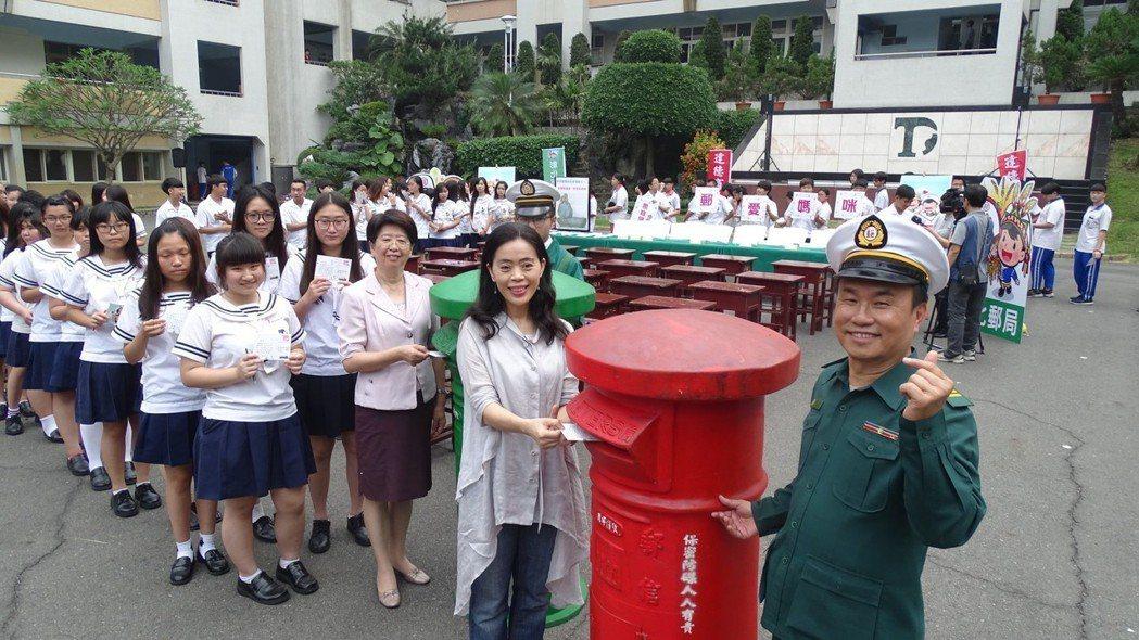 達德商工校長許維純(右2)、彰化郵局局長張耀中(右3)和達德學生昨天都手寫母親節...