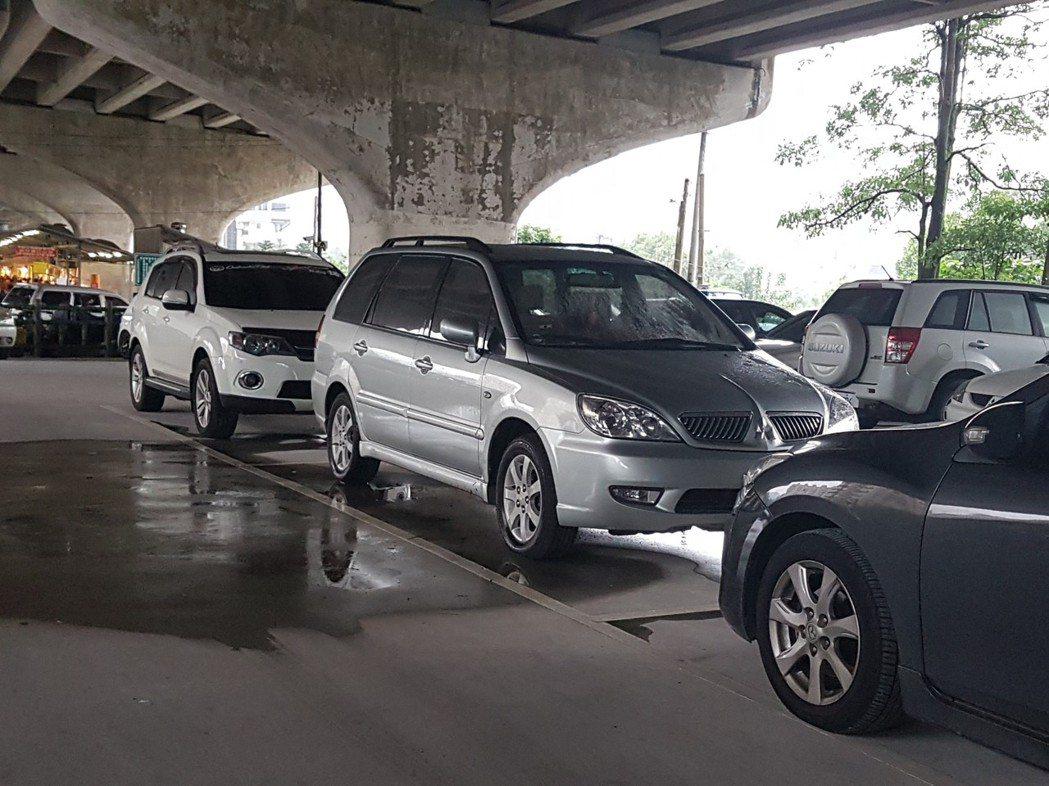 保發中心表示,83%民眾找同一通路買車險和傷害險。 記者孫中英/攝影