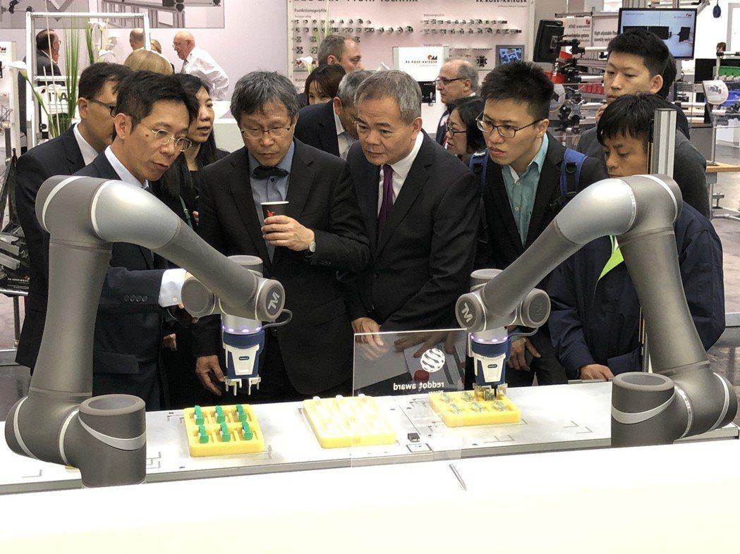 駐德大使參觀達明機器人漢諾威工業展展出的新一代全新高負載機器人產品TM12,可負...