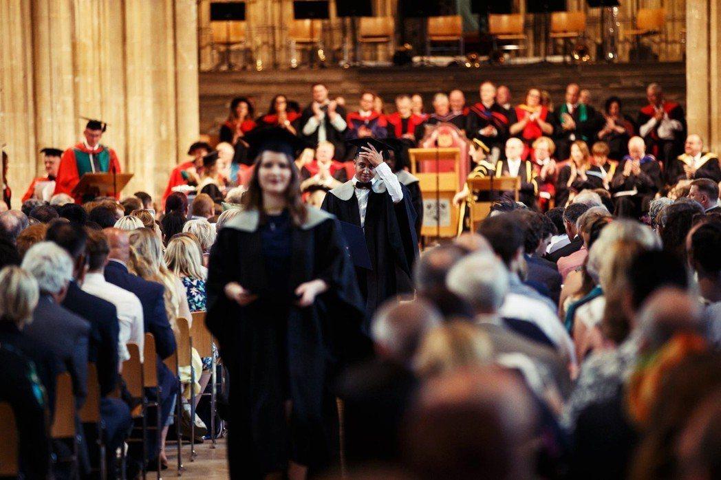這些博士生花上3至5年的時間取得學位;但畢業後卻得面對教職市場飽和的現實,便只能...