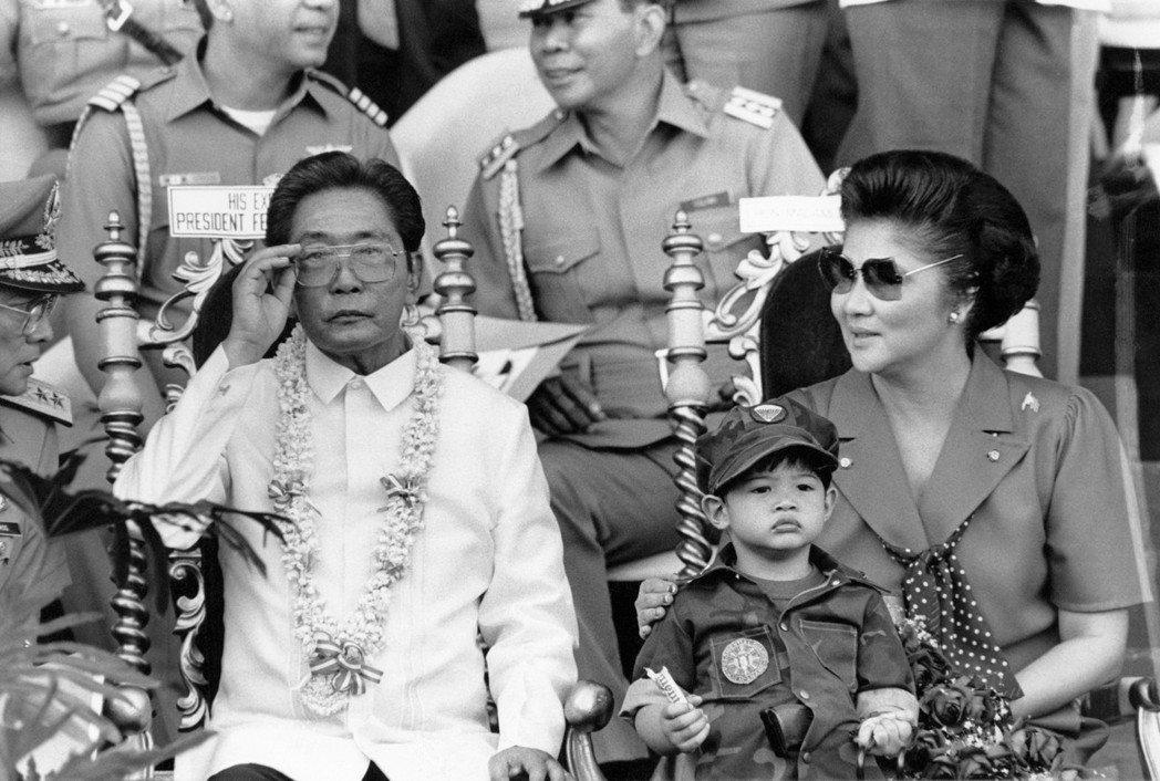 亞洲獨裁者的代名詞,馬可仕總統(左)與夫人伊美黛(右)。 圖/法新社
