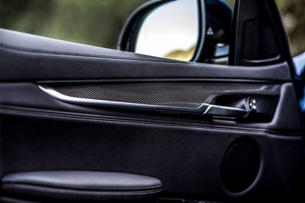 全新BMW X6 M Sport Edition標準配備X6M專屬內裝碳纖維飾板。 圖/汎德提供