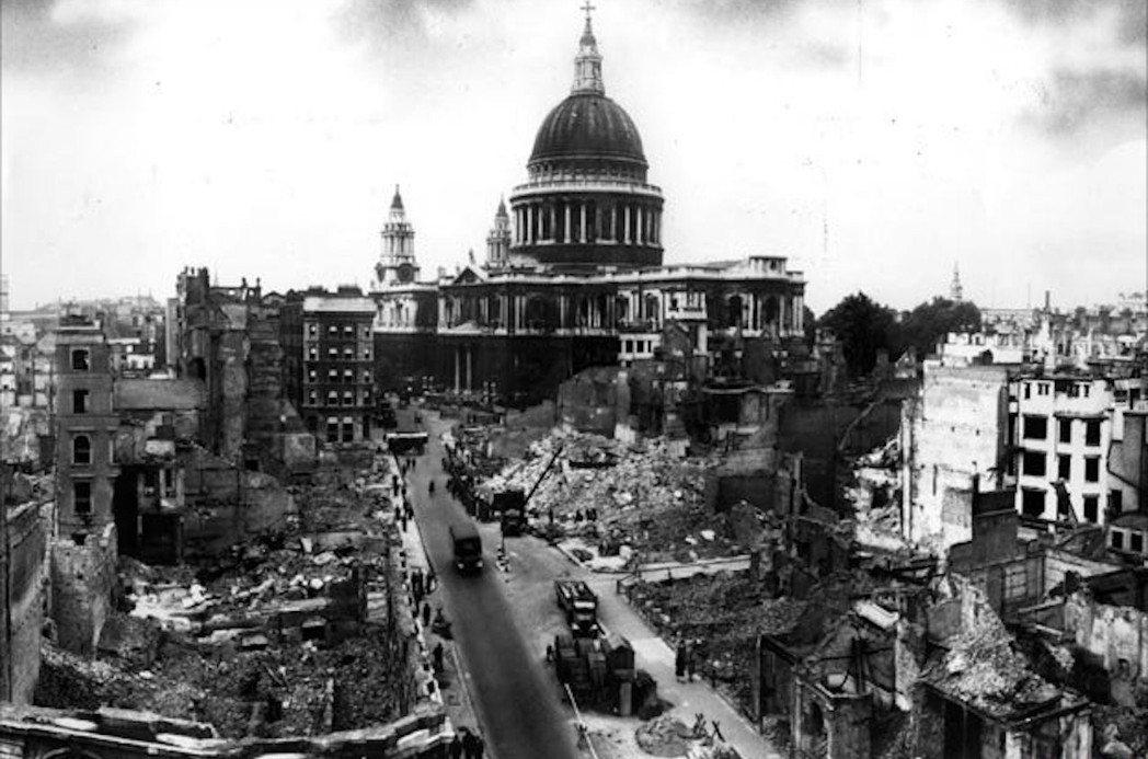 圖為倫敦大轟炸後的聖保羅大教堂。經過多年戰役,戰後英國本土的可居住房屋短缺,公共...