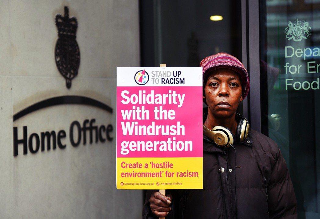 「對抗種族歧視:支持疾風世代!」英國內政部大樓前,為了疾風醜聞案挺身而出的英國聲...