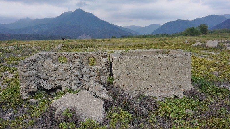沉没在水庫湖底的「紅花園」住家舊跡廚灶,因枯水期而重現。 徐谷楨/攝影