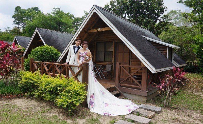 新人在歐都納山野渡假村拍攝婚紗照。 徐谷楨/攝影
