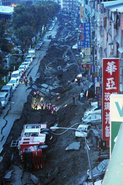 四年前高雄前鎮、苓雅區發生嚴重氣爆案件,整條路皆炸毀。 圖/聯合報系資料照片