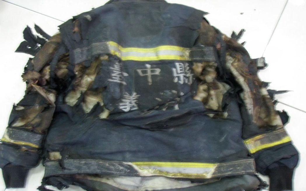 8年前台中縣工廠大火,消防隊員的救災防護衣被燒毀。 圖/台中市消防局提供