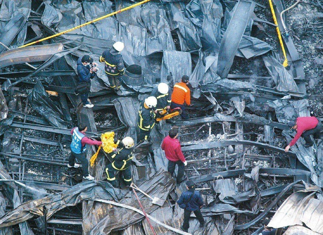 百芳家具公司火滅之後,消防隊員在焦黑的餘燼中,搜尋隊員陳朝進、周子清的下落。 圖...