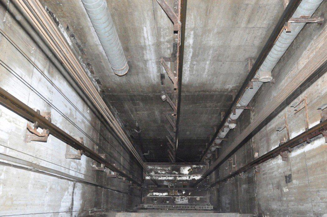 商家破壞連鎖裝置,使貨梯滑門不會關閉,造成消防員從五樓跌落一樓半貨梯,因重傷不治...