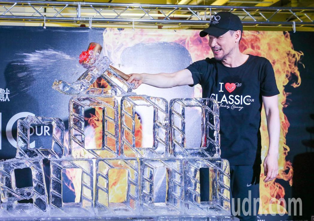 張學友打破冰磚,象徵打破他上一套「1/2世紀」146場華人歌手的巡演紀錄。記者鄭...