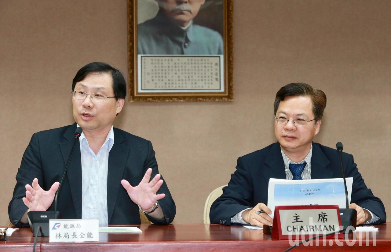 經濟部次長龔明鑫(右)與能源局長林全能(左),下午在經濟部舉行「離岸風力發電規劃...