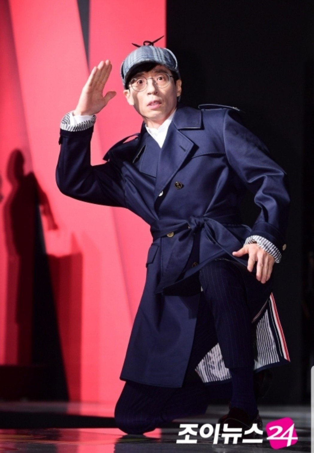 劉在錫穿全套偵探裝。圖/摘自joynews