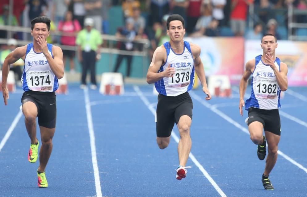 台灣體大王偉旭(左)昨天在準決賽跑出10秒34成績達亞運參賽標準,今天決賽不敵楊...