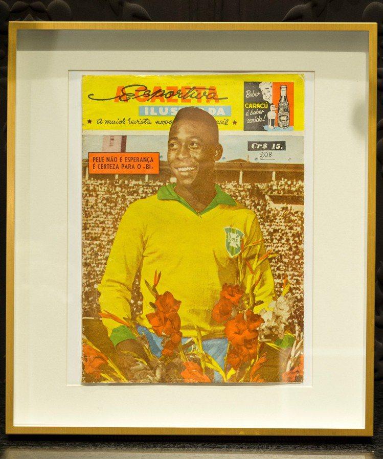 1962年體育公報比利身為最佳球員封面,也在宇舶表台北101專賣店展出。圖/HU...
