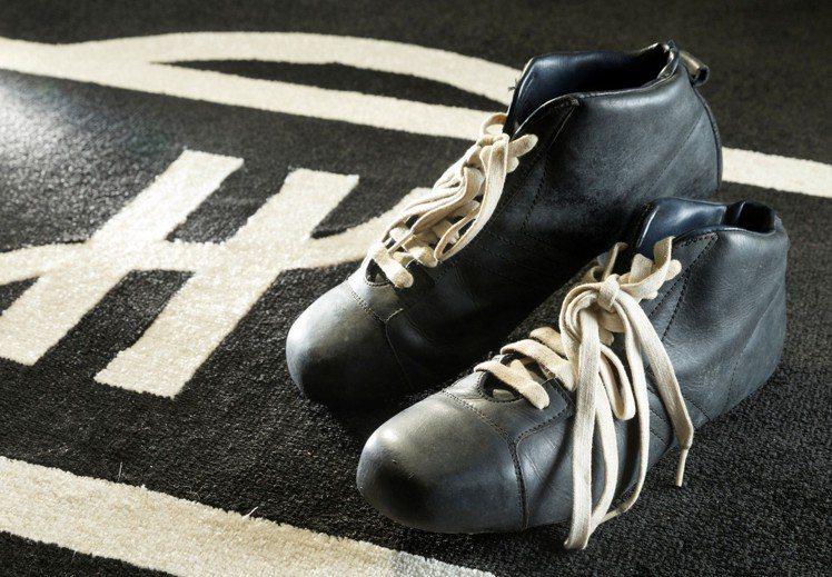 在宇舶表台北101專賣店,即日起展出傳奇球王比利曾穿過的球鞋。圖/HUBLOT提...