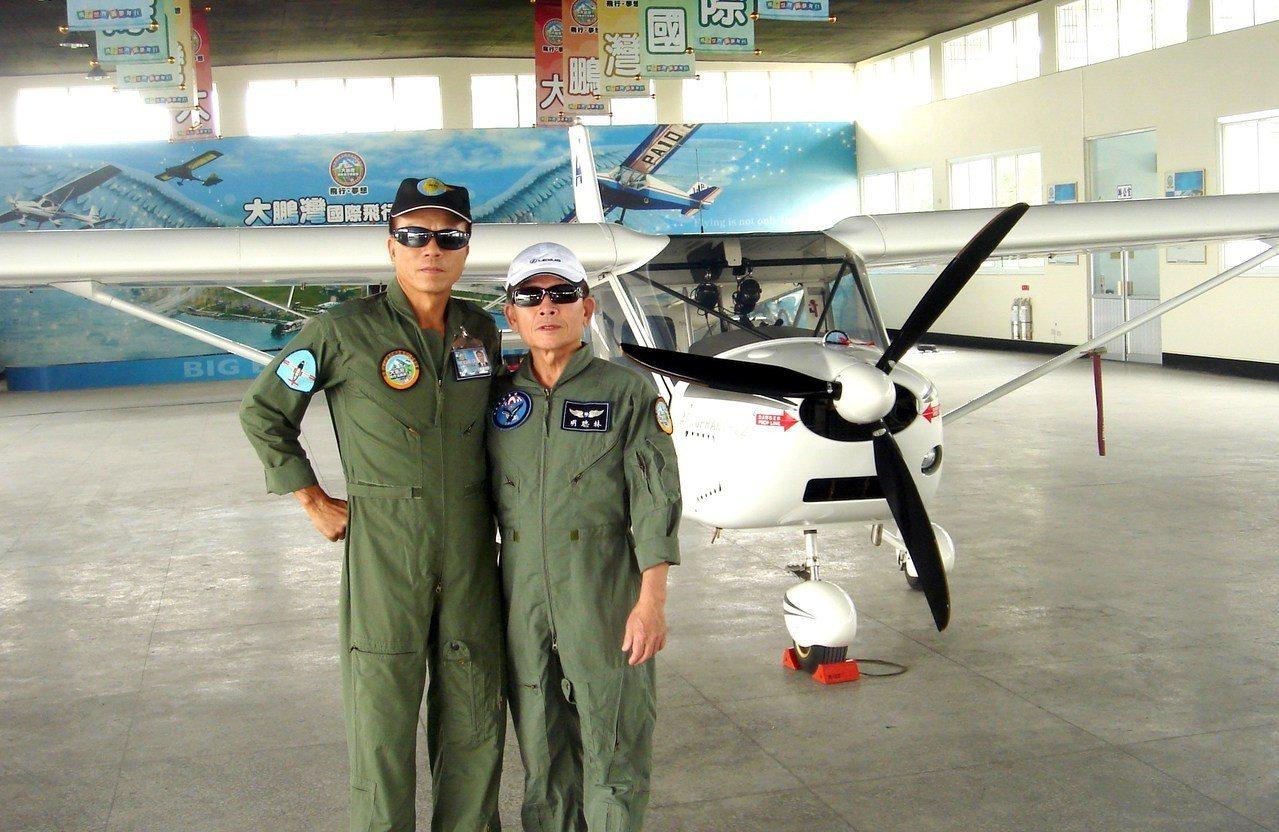 台東市一心堂中醫診所中醫師林聰明(右)雖已73歲,依舊耳聰明,假日還學開飛機,考...