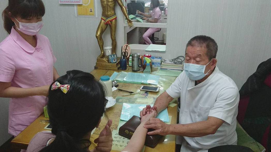 台東市一心堂中醫診所中醫師林聰明雖已73歲,但依舊耳聰明,手腳俐落,針灸迅速精準...