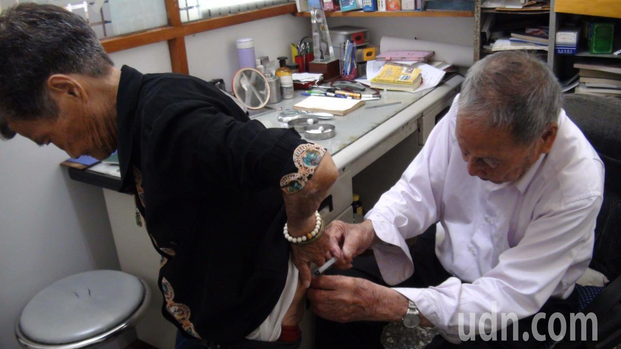 嘉義市99歲張始鵬醫師為90歲的盧阿嬤看診。記者王慧瑛/攝影