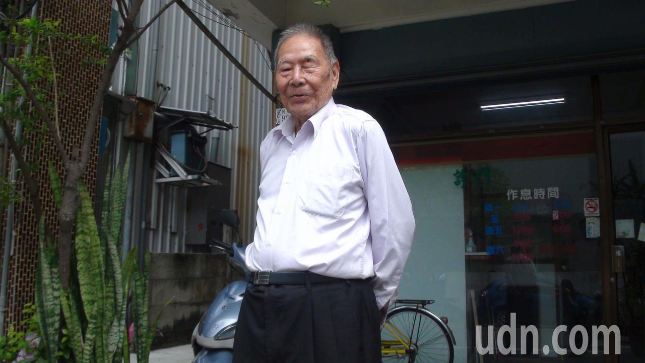 嘉義市99歲張始鵬醫師,每天仍坐鎮診所,他耳聰目明,動作相當俐落。記者王慧瑛/攝...