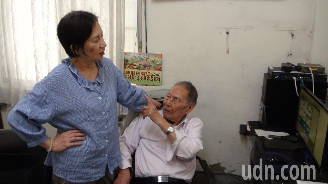 嘉義市99歲張始鵬醫師,每天仍坐鎮診所,與患者大多有數十年老交情,看診之餘也會話...