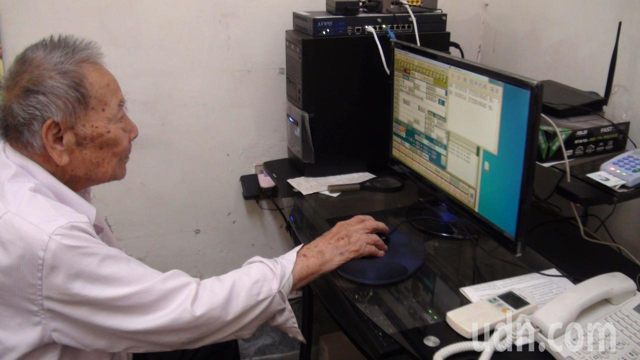 嘉義市99歲張始鵬醫師,每天仍坐鎮診所,他耳聰目明,仍會使用電腦輸入資料。記者王...
