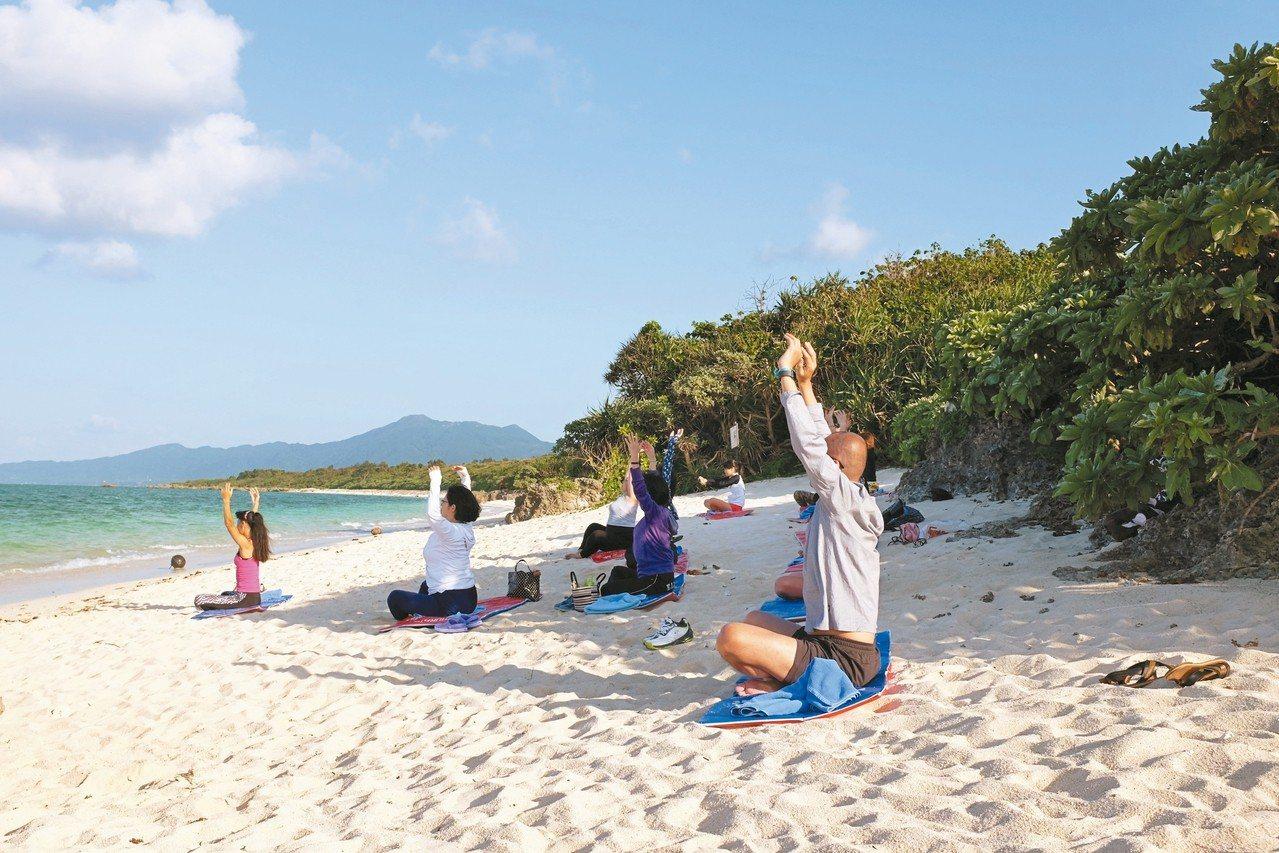 度假村內可參加沙灘瑜伽。 記者沈佩臻/攝影