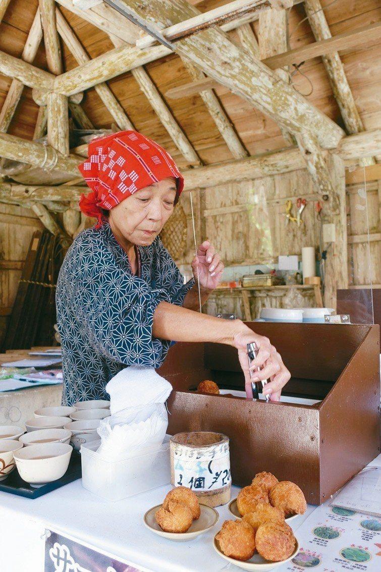 八重山民俗文化村品嘗道地甜甜圈。 記者沈佩臻/攝影