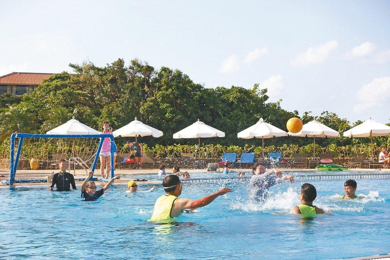 度假村內游泳池會不定期舉辦攝影。 記者沈佩臻/攝影