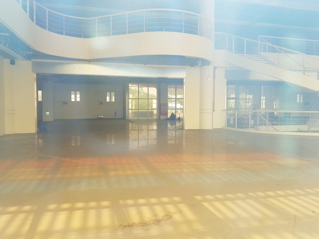 台南市南區黃金海岸船屋內部至今空無一物,5月根本無法展開營運。 記者修瑞瑩/攝影